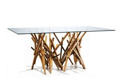 Mesa de jantar Guaimbê, assinada pelo designer Paulo Alves, O móvel mede 2,20 m (comprimento) por 1,10 m (largura). R$ 10.340, na Dpot