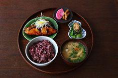 glougloureefur:【 GLOUGLOU REEFUR DAIKANYAMA 本店・1/3(wed)- NEW MENU 】 . ◼︎鰤の照り焼きと季節のおばんざい定食 . 脂ののった旬の鰤に、ゆずの果汁を加えた甘辛いたれの染みた照り焼き。 . 季節のおばんざいには、「たこと小松菜のおひたし」、「赤かぶのお漬物」、「お味噌汁」をを添え、からだもこころも満たされる一品に仕上げました。 . 「縁起物」としても知られる出世魚「鰤」を使用した、新年にぴったりの「季節のおばんざい定食」を是非ご賞味下さい。 . ※こちらのメニューはランチタイム限定のメニューです。予めご了承下さい。 . #GLOUGLOUREEFUR#MAISONDEREEFUR#daikanyama#tokyo#cafe#lunch#japanese#food#seasonal#new#代官山#東京#カフェ#東京カフェ#代官山ランチ#和定食#おばんざい#ランチ#鰤の照り焼き#グルグルリーファー#REEFURWEB 2017/12/28 10:12:19