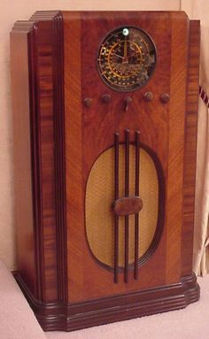 The First Family Entertainer.Old Time Radio! I was a total radio fan - loved it! Vintage Wood, Retro Vintage, Vintage Items, Sonos, Retro Radios, Old Time Radio, Record Players, Phonograph, General Electric