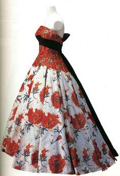 Вечернее платье. Пьер Бальмен, 1956. Белая шелковая тафта chine с узором в виде красных маков, аппликации в виде цветков мака на корсаже, пояс из черного шелкового фая.