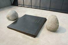 Relatum-Dialogue de l'artiste Lee Ufan Mono Ha, Lee Ufan, Korean Artist, Original Artwork, Contemporary Art, Sculpture, Minimalism, Stones, Iron