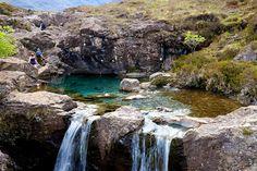 Se llaman Fairy Pools. lo que vendría a traducirse como piscinas de hadas. El nombre se explica porque simplemente, parece un lugar mágico. Se encuentran en la isla de Skye, en el valle de Brittle, y son en conjunto una atracción por la encantadora sucesión de estanques turquesa (o color esmeralda según la luz del día), cascadas, y más piscinas naturales.