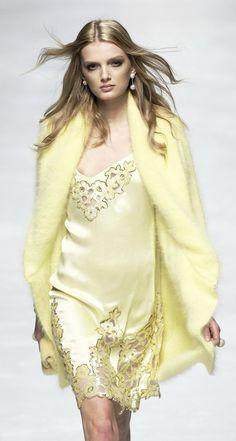 Vogue Fashion, Fashion Brand, Runway Fashion, Fashion Show, Fashion Design, Fashion Details, London Fashion, Yellow Fashion, Colorful Fashion