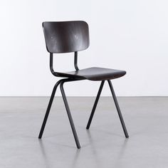 Dykmeyer Buisert industriële buisframe stoel Zwart (RAL 9005 mat) /Ebben - De Machinekamer Dining Room Chairs, Dining Table, School Chairs, Made Of Wood, Chair Design, Stool, Home And Garden, Contemporary, Furniture