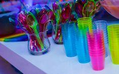Festa néon / talheres e copos coloridos florescente , fica mais colorido com a luz negra