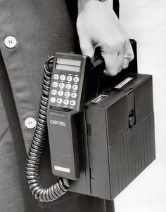 Those were the days! When cell phone users were REAL cell phone… Old Cell Phones, Newest Cell Phones, Old Phone, Mobile Phones, Vintage Phones, Vintage Telephone, Vintage Ads, Cell Phone Companies, Antique Phone