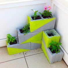 Tolle Idee für einen kleinen Balkon und man kann es ganz einfach selber machen. Betonblöcke mit Neonfarbe besprühen und Blumen einpflanzen. Noch mehr Ideen gibt es auf www.Spaaz.de