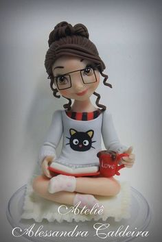 Fondant figure for book lover cake Fondant Figures, Polymer Clay Figures, Polymer Clay Dolls, Polymer Clay Crafts, Fondant Girl, Fondant People, Crea Fimo, Cake Models, Fondant Animals