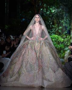 Quem disse que noiva só pode usar branco? Elie Saab levou para a Semana de Alta-Costura de Paris Verão 2015 um vestido com saia volumosa para lá de colorido e com brilhos