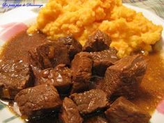 Boeuf+en+cube+à+l'oignon Gout Recipes, Pasta Recipes, Beef Recipes, Cooking Recipes, Yummy Recipes, Easy Dinner Recipes, Easy Meals, Plats Weight Watchers, Dinner Rolls