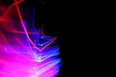 Glasfaser-Gadget mit der digitalen Kamera fotografiert Neon Signs