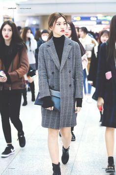 IOI Doyeon is so pretty Airport Fashion Kpop, Kpop Fashion, Asian Fashion, Girl Fashion, Fashion Outfits, Fashion Trends, American Apparel, Cosmopolitan, Kpop Mode