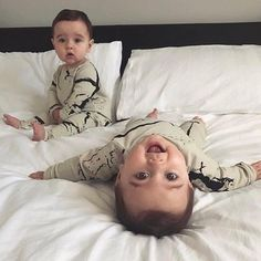 Jenson wondered what the hell I was asking him to do second time round & Rocco's smile 🤣 not a bad photo recreation! Bring back my chubby babies 🥰 Cute Baby Twins, Twin Baby Boys, New Baby Boys, Cute Little Baby, Twin Babies, Little Babies, Baby Kids, Adorable Babies, Baby Family