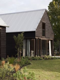 Demonstrating a love of timber in all its textures, tones and colours, Point Wells Gables House outwardly takes its cues from the gabled barn of the local. New Zealand Architecture, Residential Architecture, Wells House, Gable House, New Zealand Houses, Exterior Cladding, Concrete Floors, Beautiful Bathrooms, The Locals