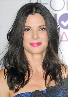 Sandra Bullock Loose, tousled waves and a center-part look sexy without trying too hard. While celebs rely on an army of hairdressers to achieve the faux-effortless look, normal women can make their lives a lot easier by getting a cut that complements their natural wave patterns.