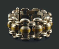 Jean Despres. Années 1930. Bracelet ruban articulé formé de motifs godronnés