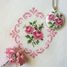 This Pin was discovered by Esr Just Cross Stitch, Beaded Cross Stitch, Cross Stitch Borders, Cross Stitch Flowers, Cross Stitch Designs, Cross Stitching, Cross Stitch Embroidery, Cross Stitch Patterns, Silk Ribbon Embroidery