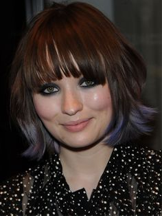 Emily Browning con punte lilla