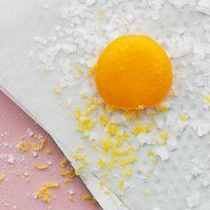 Att grava äggulor kanske låter svårt, men det är det inte! Efter fyra dagar i salt och socker och två timmar i ugnen får de en djup, mättad smak och är redo rivas över exempelvis pasta, risotto och sallader. Small Plates, Plastic Cutting Board, Risotto, Vegan Recipes, Dinner, Breakfast, Food, Traditional, Tips