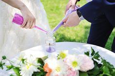 El casamiento puede convertirse en un verdadero símbolo de unión si desean tener una ceremonia diferente, única y personal. Cada vez son más las parejas que se inclinan por celebraciones simbólicas, hoy hablamos de la ceremonia de la arena.