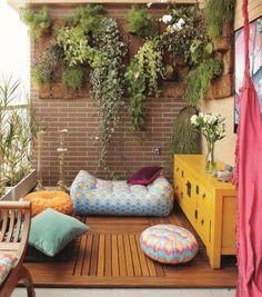 brique de parement mural, plantes retombantes, coussins décoratifs et sol en bois massif