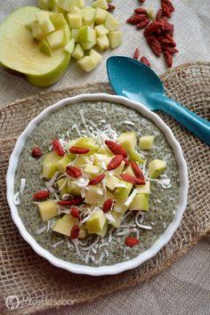 Pudín de chía con té matcha (té verde) y con manzana, coco rallado y goji berries (o arándanos), lleno de antioxidantes y super alimentos!