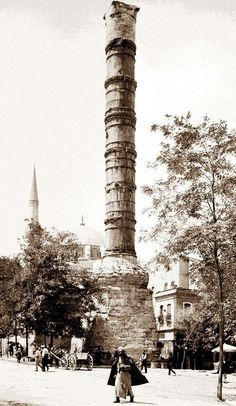 The view of Cemberlitas (Constantine's Column) in Istanbul. Byzantine Architecture, Historical Architecture, Old Pictures, Old Photos, Monuments, Turkey Travel, Ottoman Empire, Historical Pictures, Hagia Sophia
