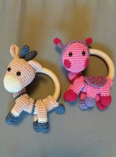 Baby Knitting Patterns Toys Since I first noticed such a crochet baby rattle grabbing thing … Da fiel mir zum ersten Mal so ein häkelnes Baby rasselndes Ding auf . That's the primary time I touched a crocheted child with rattles . with # rattles Crochet Baby Toys, Crochet Baby Clothes, Crochet For Kids, Crochet Dolls, Baby Knitting, Amigurumi Patterns, Amigurumi Doll, Crochet Patterns, Newborn Toys