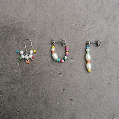 Buntes 3er Set Ohrringe mit Süßwasserperlen und Regenbogenfarben  Mixe die Ohrringe wie es dir gefällt. Jeder drei einzelnen Ohrringe besteht aus kostbaren Süßwasserperlen, regenbogenfarbenen kleinen Glasperlen und Edelstahl. Zwei davon mit Stecker-Verschluss, einer mit Ohrhaken. Du bekommst hier drei unterschiedliche Ohrringe in einer Bestellung.