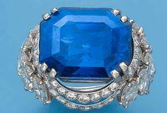 Cartier ring 1980 platine centré d'un saphir rectangulaire de 23,26 carats, double drapé serti de diamants taillés en brillant ou en navette en chute. Adjugé 200 000 euros aux enchères Avril 2013. Source : Le Revenu