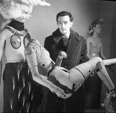 * Salvador Dali portant un mannequin d'artiste, Exposition internationale du surréalisme, Paris 1938 photo Denise Bellon