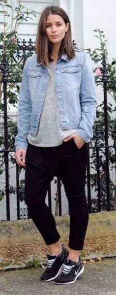 Look com calça moletom feminina na cor preta, tênis esportivo azul, camiseta cinza e sobreposição com jaqueta jeans.