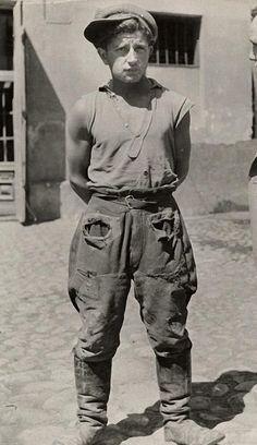 """Roman Vishniac, Lastenträger Lodz, ca 1935.""""Jeder soll dem anderen helfen, seine Last zu tragen. Auf diese Weise erfüllt ihr das Gesetz, das Christus uns gegeben hat.""""(Gal 6,2)"""