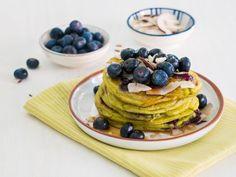 Blaubeer-Avocado-Pancakes  eatsmarter.de #blaubeeren #pancake #breakfast Ayurveda, Superfood, Whole30 Recipes Lunch, Easy Whole 30 Recipes, Avocado Salad Recipes, Chicken Parmesan Recipes, No Bake Cake, Dessert Recipes, Desserts
