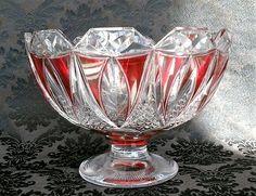 Val St-Lambert - Coupe 'Duplex' sur Talon/pied -  série EL - pièce créée pour L'Exposition de Liège 1930. Cristal doublé rouge à l'or, taillé en facettes triangulaires, mandorles et taille diamant. H 18 cm D 24 cm - 3,7 kg.