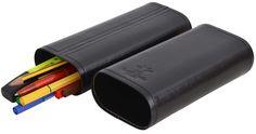 Wer es gerne elegant mag, der wir diese Stiftemappe lieben. Aus robustem und strapazierfähigem Büffelleder bietet Dir 'Elton'  komfortablen Raum für Deine Stifte an. Die Schiebefunktion der Tasche löst den Verschluss auf intelligente und innovative Art und Weise - Gusti Leder - 2S11-22-2