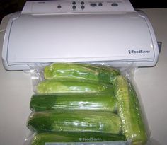 Sealing Corn on the Cob with Husks On Man That Stuff Is Good!: Vacuum Sealing Corn on the Cob with Husks OnMan That Stuff Is Good!: Vacuum Sealing Corn on the Cob with Husks On Freezing Fresh Corn, Freezing Vegetables, Freezing Fruit, Frozen Vegetables, Veggies, Canning Food Preservation, Preserving Food, Food Saver Vacuum Sealer, The Husk