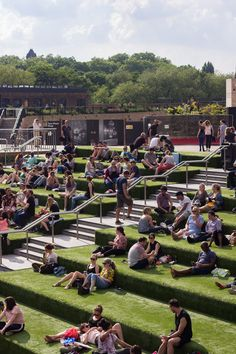 A guide to Kings Cross: Granary Square in Kings Cross Landscape Stairs, Landscape Architecture, Landscape Design, Modern Landscaping, Outdoor Landscaping, Parque Linear, Urban Rooms, Open Air Theater, Front Stairs