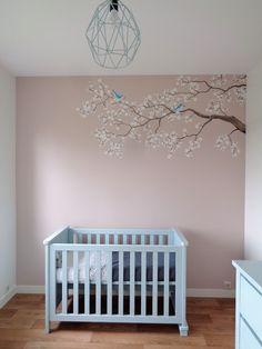 Babykamer muurschildering van een Japanse kersenbloesemtak met pimpelmeesjes door Saskia de Wit muurschilderingen