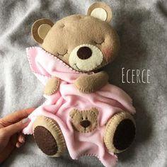 Felt teddy with blanket Bear Felt, Felt Baby, Felt Animal Patterns, Stuffed Animal Patterns, Felt Crafts, Diy And Crafts, Felt Magnet, Baby Mobile, Birth Gift