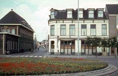 Ca. 1960. Stationsplein en Spoorstraat. Rechts café Freze voorheen hotel Schreuder, links de kantoren van Ten Cate.