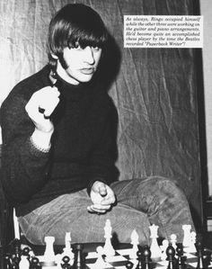Ringo Starr jugando una partida de Ajedrez.