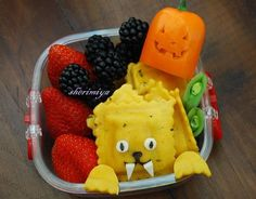 Made with nori and mozzarella facial details, this darling ravioli lion is sure to bring a smile to your child's face on Halloween. Also included in this bento box: strawberries, blackberries, snow peas, and an orange sweet pepper that's been transformed into a wee Halloween jack-o-lantern (in other words, a true pepper jack!). Be sure to check out Happy Little Bento for the full scoop on how to carve your own mini pumpkin faces.