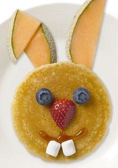 Kids Creative Meal Idea - healthy Easter treat - Easter Breakfast - such a cute idea to do little Easter bunny pancakes Hoppy Easter, Easter Bunny, Bunny Bunny, Holiday Treats, Holiday Fun, Holiday Gifts, Baby Dekor, Easter Treats, Easter Food