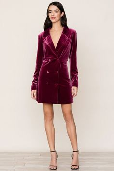 Classic tuxedo gets a feminine update with Yumi Kim's burgundy Suit It Up Velvet Dress. Cocktail Dresses With Sleeves, Long Cocktail Dress, Vestidos Velvet, Velvet Dresses, Velvet Suit, Velvet Blazer, Red Velvet, Suit Up, Tuxedo Dress