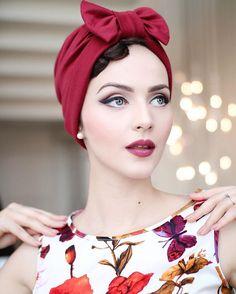Idda van Munster in retro, cranberry turban. Look Retro, Look Vintage, Retro Chic, Vintage Glamour, Vintage Girls, Vintage Outfits, Rockabilly Moda, Moda Pinup, Rockabilly Fashion