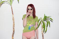 Malowana zielona koszulka Kolorowy Jeleń  w Mystic Machine na DaWanda.com