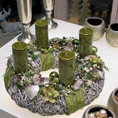 Naturtrend-DIY Adventskranz basteln auf runder Basis aus Stahl-grüne Kerzen und Christbaumkugeln