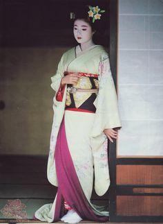Katsuno as a maiko photos (kofuji) Tags: maiko geiko geisha gion kobu katsuno Japanese Geisha, Japanese Kimono, Yukata, Traditional Fashion, Traditional Dresses, Geisha Art, Geisha Makeup, Hina Matsuri, Kimono Japan
