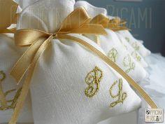 "#handcrafted #embroidered #wedding #favor #bags (sachets or boxes), customized with confetti in them, that you give away at #weddings | #bomboniere sacchetti #portaconfetti per #matrimonio completamente personalizzabili e made in Italy. Model: ""CAMPANELLINA"""